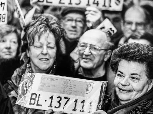 Am 22. Januar 1994 beginnt für 8500 Fahrzeughalter der Umtausch der Kontrollschilder auf dem Posten der Kantonspolizei. (Bild: KEYSTONE/MICHAEL WUERTENBERG)