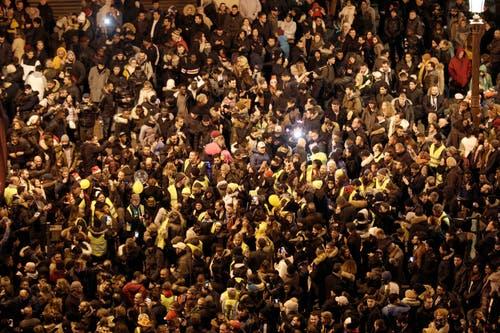 Frankreich: Menschenmassen auf dem Champs Elysees in Paris. (Bild: Keystone/AP Photo/Kamil Zihnioglu)