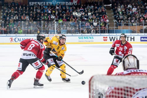 Kalpa Kuopios Mikael Seppala (Mitte) spielt sich durch die Verteidigung Kanadas durch. Bild: Melanie Duchene / Keystone (Davos, 31.12.2018)