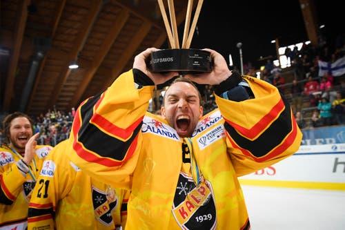 Daniel Manzato, Torhüter von KalPa Kuopio stemmt den Pokal in die Höhe. Bild: Gian Ehrenzeller v (Davos, 31.12.2018)
