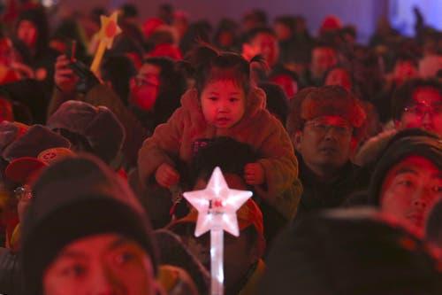 China: Viel Publikum versammelt sich auf einem Platz in Peking. (Bild: KEYSTONE/AP Photo/Ng Han Guan)