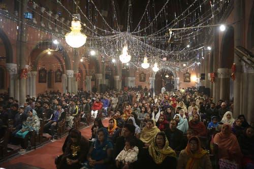 Pakistan: Christen treffen sich zur Messe vor Mitternacht in Lahore. (Bild: Keystone/AP Photo/K.M. Chaudary)