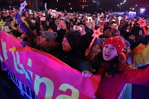 China: Alle machen um Mitternacht mit beim Countdown – aufgenommen in Peking. (Bild: KEYSTONE/AP Photo/Ng Han Guan)