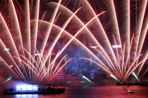 Hong Kong: Silvester im Victoria-Hafen. (Bild: KESTONE/AP Photo/Kin Cheung)