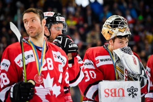 Enttäuschte Spieler des Team Canada: Dominic Moore (links) und Torhüter Zachary Fucale. Bild: Gian Ehrenzeller / Keystone (Davos, 31.12.2018)