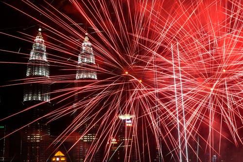 Malaysia: Ein Feuerwerk in Kuala Lumpur – im Hintergrund die bekannten Petronas-Twin-Towers. (Bild: KEYSTONE/EPA/FAZRY ISMAIL)
