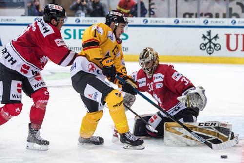 KalPa Kuopios Alexandre Texier (Mitte) kann den Puck nicht an Kanada-Torhüter Zach Fucale vorbeischieben. Kanadas Dante Fabbro (links) kommt zu spät. Bild: Melanie Duchene / Keystone (Davos, 31.12.2018)