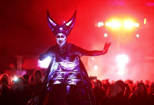 Schottland: Eine Performance-Künstlerin in Edinburgh. (Bild: Keystone/Andrew Milligan/PA via AP)