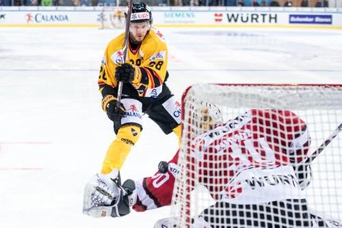 KalPa Kuopios Jaakko Rissanen scheitert im Penaltyschiessen an Zach Fucale, Torhüter des Team Canada. Bild: Melanie Duchene / Keystone (Davos, 31.12.2018)