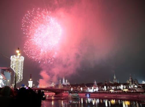 Russland: Feuerwerk über dem Kreml in Moskau. (Bild: Keystone/AP Photo/Denis Tyrin)