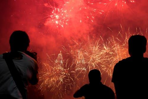 Malaysia: Ein Feuerwerk in Kuala Lumpur – im Hintergrund die bekannten Petronas-Twin-Towers. (Bild: KEYSTONE/AP Photo/Yam G-Jun)