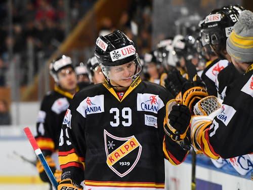 Kim Nousiainen von Kelavan Pallo Kuopio, hier nach seinem Torerfolg zum 1:0 im Halbfinal gegen den HC Davos, verteidigt im All-Star-Team auf der rechten Seite (Bild: KEYSTONE/SPENGLER CUP/GIAN EHRENZELLER)