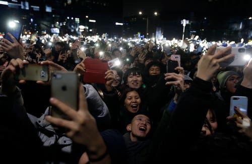 Südkorea: Alle warten gespannt auf Mitternacht – grosses Treffen in Seoul. (Bild: KEYSTONE/AP Photo/Ahn Young-joon)