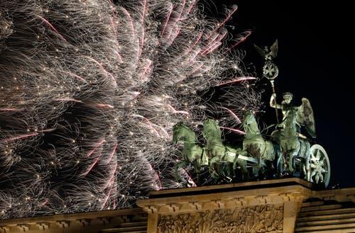 Deutschland: Feuerwerk beim Brandenburger Tor in Berlin. (Bild: AP Photo/Michael Sohn)