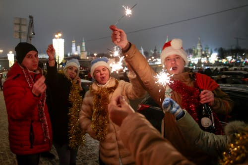 Russland: Gefeiert wird in Moskau trotz Kälte draussen. (Bild: Keystone/AP Photo/Denis Tyrin)