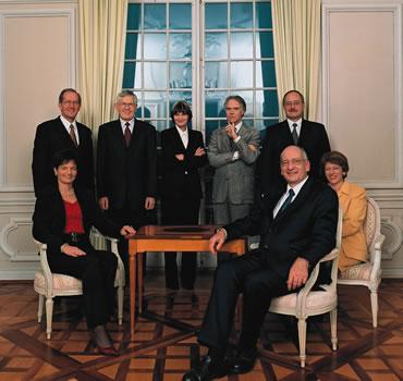 2003 (von links): Ruth Metzler, Joseph Deiss, Kaspar Villiger, Micheline Calmy-Rey, Moritz Leuenberger, Bundespräsident Pascal Couchepin, Samuel Schmid, Bundeskanzlerin Annemarie Huber-Hotz.