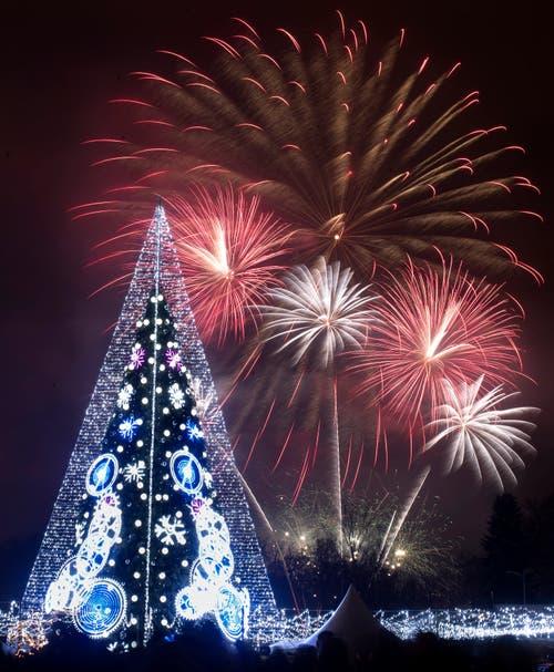 Litauen: Feuerwerk mit beleuchtetem Weihnachtsbaum im Vordergrund in Vilnius. (Bild: Keystone/AP Photo/Mindaugas Kulbis)