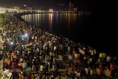 Indien: Die Bevölkerung feiert den Jahreswechsel am Strand von Mumbai. (Bild: Keystone/AP Photo/Rajanish Kakade)