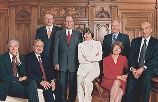 2004 (von links): Moritz Leuenberger, Samuel Schmid, Pascal Couchepin, Bundespräsident Joseph Deiss, Micheline Calmy-Rey, Christoph Blocher, Bundeskanzlerin Annemarie Huber-Hotz, Hans-Rudolf Merz.