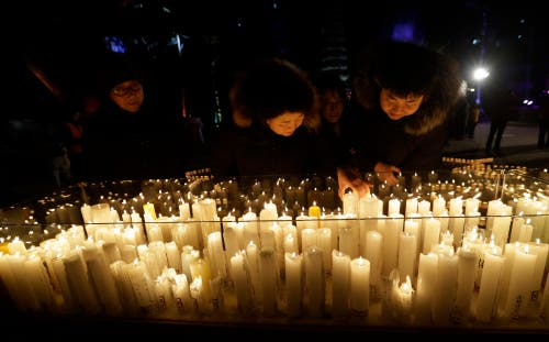 Südkorea: Buddhisten zünden in einem Tempel in Seoul Kerzen an. (Bild: KEYSTONE/AP Photo/Ahn Young-joon)