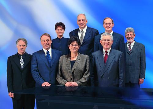 1999, Bild 2 (von links): Moritz Leuenberger, Adolf Ogi, Ruth Metzler, Bundespräsidentin Ruth Dreifuss, Pascal Couchepin, Kaspar Villiger, Joseph Deiss, Bundeskanzler François Couchepin.