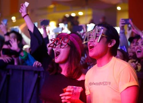 Philippinen: Menschen feiern bei einem Einkaufszentrum in der Nähe von Manila. (Bild: Keystone/AP Photo/Bullit Marquez)