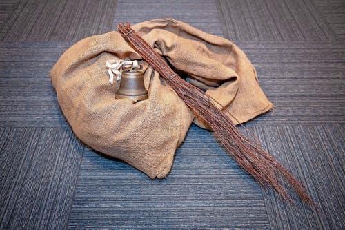 Die Ausrüstung des Schmutzlis: Sack, Rute und Glocke. (Bild: Urs Bucher)