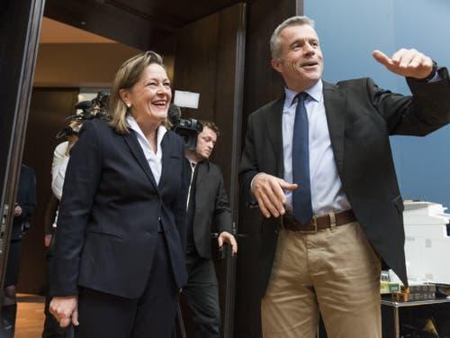 Bundesratskandidatin Heidi Z'graggen wird von Lorenz Hess (BDP/BE) und den weiteren Mitgliedern der BDP-Fraktion zum Hearing begrüsst. (Bild: Keystone/ALESSANDRO DELLA VALLE)