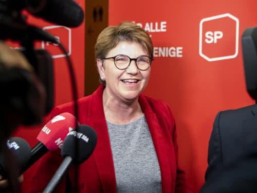 Die CVP-Bundesratskandidatin Viola Amherd spricht am Dienstag nach dem Hearing bei der SP-Fraktion zu den Medien. (Bild: Keystone/ANTHONY ANEX)