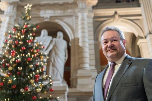 Der wilde Kandidat für den Bundesrat aus der Romandie, Ivo Stevanato, posiert in der Eingangshalle des Bundeshauses vor der Ersatzwahl in den Bundesrat durch die Vereinigte Bundesversammlung. (Bild: Keystone)