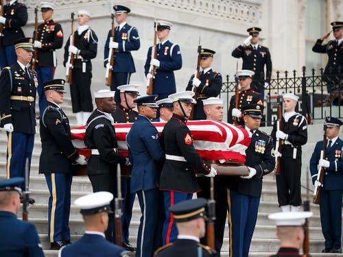 Der mit der US-Flagge bedeckte Sarg des verstorbenen US-Präsidenten George H. W. Bush wird unter militärischem Zeremoniell aus dem Kapitol herausgetragen. (Bild: KEYSTONE/AP Pool EPA/SHAWN THEW)