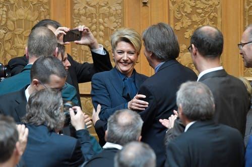 Karin Keller-Sutter, Mitte, freut sich über ihre Wahl zum 119. Mitglied des Bundesrates. (Bild: Keystone)
