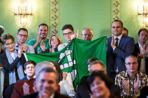 Fans der FDP jubeln über die Wahl von Karin Keller-Sutter im Restaurant «Äusseren Stand» in Bern. (Bild: KEYSTONE/Alexandra Wey)