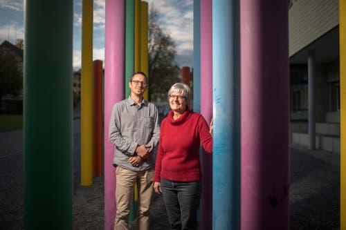 David Kradolfer und Kathrin Kink vor der Schule Speicher. Sie unterrichten gemeinsam das Fach Wirtschaft, Arbeit, Haushalt. (Bild: Benjamin Manser)