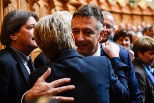 Der unterlegende Bundesratskandidat Hans Wicki, rechts, gratuliert Karin Keller-Sutter, zu ihrer Wahl. (Bild: Keystone)