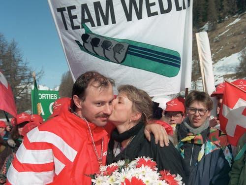 1992 und 1994 gleich zweimal Olympiasieger: Gusti Weder wird in Albertville von seiner Freundin geküsst (Bild: KEYSTONE/KARL MATHIS)
