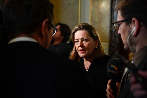 Die unterlegene Bundesratskandidatin Heidi Z'graggen gibt in der Wandelhalle Interviews. (Bild: KEYSTONE/Anthony Anex)