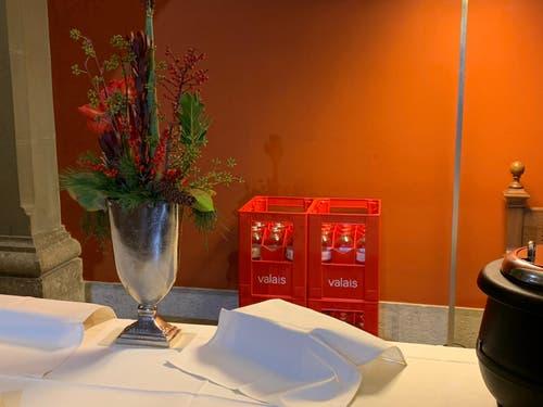 Das Wasser Im Bundeshaus standen schon am Morgen früh Valais-Wasserflaschen für den Wahlapéro parat. Offenbar waren sich die Organisatoren sicher, dass Amherd das Rennen gewinnen würde. Bild: Fabian Fellmann