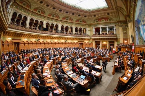 Die Vereinigte Bundesversammlung verabschiedet die abtretenden Bundesräte. (Bild: KEYSTONE/Marcel Bieri)