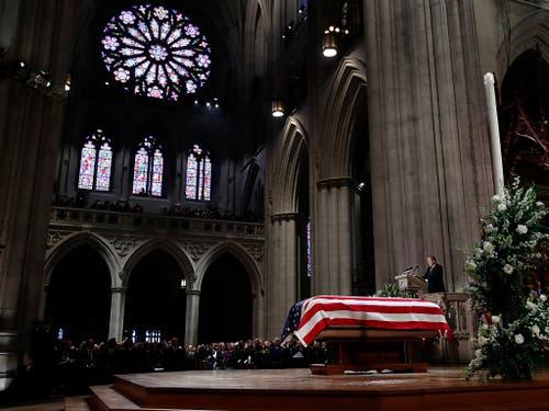 Die Trauerfeier für den früheren US-Präsidenten George H. W. Bush findet in der Nationalen Kathedrale in Washington statt. (Bild: KEYSTONE/Pool AP/ALEX BRANDON)