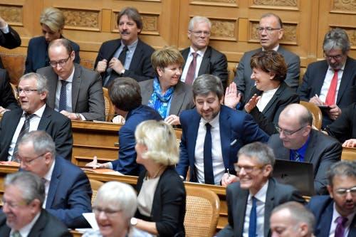 Viola Amherd, Mitte, freut sich über ihre Wahl zum 118. Mitglied des Bundesrates. (Bild: Keystone)