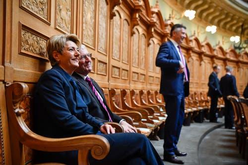 Bundesratskandidatin Karin Keller-Sutter sitzt auf dem Ständeratssstuhl neben Isidor Baumann, CVP-UR, rechts der zweite Kandidat der FDP, Hans Wicki, FDP-NW, kurz vor Beginn der Ersatzwahl in den Bundesrat durch die Vereinigte Bundesversammlung. (Bild: Keystone)