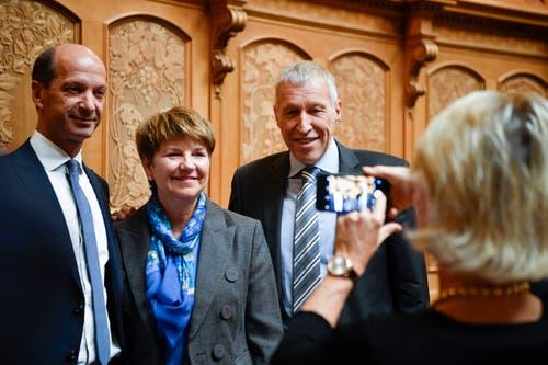Andrea Gmür, CVP-LU, rechts, macht ein Bild mit ihrem Smartphone von Beat Rieder, CVP-VS, der neuen Bundesrätin Viola Amherd, CVP-VS, und von Konrad Graber, CVP-LU, von links. (Bild: Keystone)