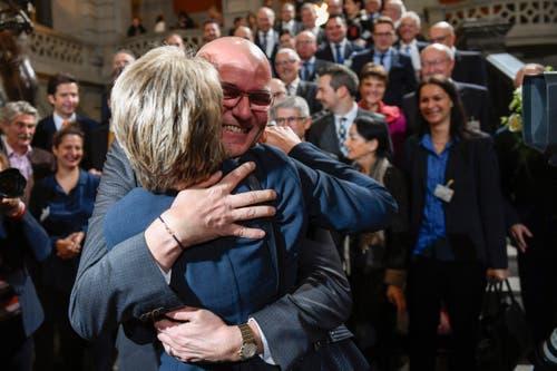 Die neu gewählte Bundesrätin Karin Keller-Sutter umarmt ihren Ehemann Morten Sutter. (Bild: KEYSTONE/Marcel Bieri)