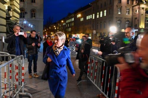 Die Bundesratskandidatin Karin Keller-Sutter, FDP-SG, schreitet zum Bundeshaus. (Bild: Keystone)