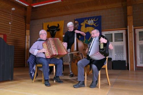 Das Trio Martin Zgraggen, Marco Bay und Robi Lusser sorgt am Public-Viewing in Erstfeld für gute Stimmung. (Bild: Urs Hanhart)