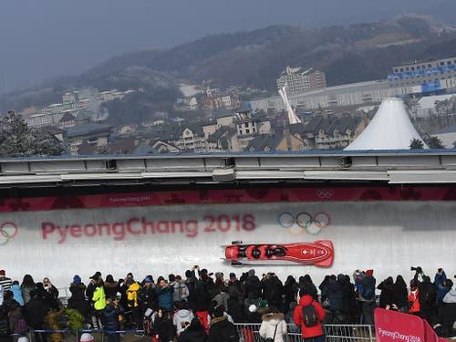Erst die dritten medaillenlosen Olympischen Spiele seit dem Zweiten Weltkrieg für die Schweizer Bobfahrer: In Pyeongchang im Februar fuhren Clemens Bracher, Rico Peter und Co. neben das Podest (Bild: KEYSTONE/EPA/VASSIL DONEV)