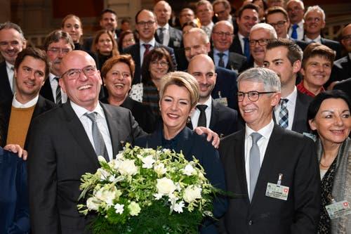 Die frisch gewählte FDP-Bundesrätin Karin Keller-Sutter posiert mit ihrem Ehemann Morten Sutter (links) und Keller-Sutters Bruder Rolf Sutter mit dessen Ehefrau Maria. (KEYSTONE/Marcel Bieri)