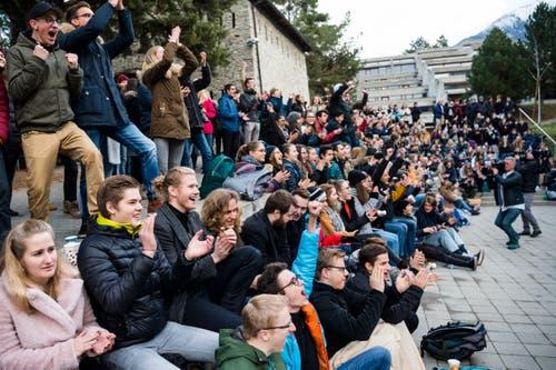 Grosser Jubel: Die Schüler vom Lycee-College Spiritus Sanctus in Brig verfolgen die Wahl von Viola Amherd via Grossleinwand. (Bild: KEYSTONE/Jean-Christophe Bott)