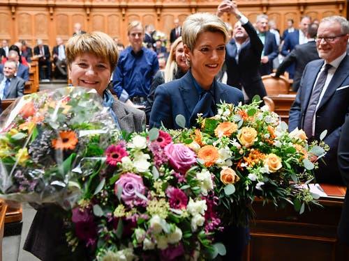 Viele Blumen für die neuen Bundesrätinnen. (KEYSTONE/Anthony Anex) (Bild: KEYSTONE/ANTHONY ANEX)